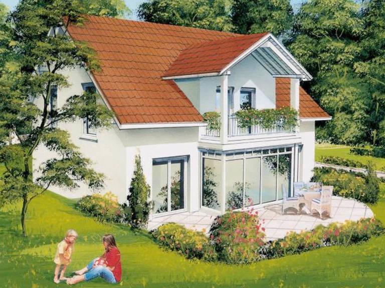 Aussenansicht auf die Terrasse, den verglasten Wintergarten und den überdachten Balkon.